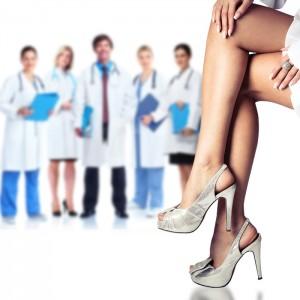 medicos e pernas da paciente